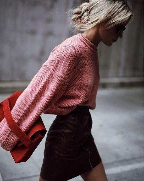 Une mini-jupe avec un pull rose