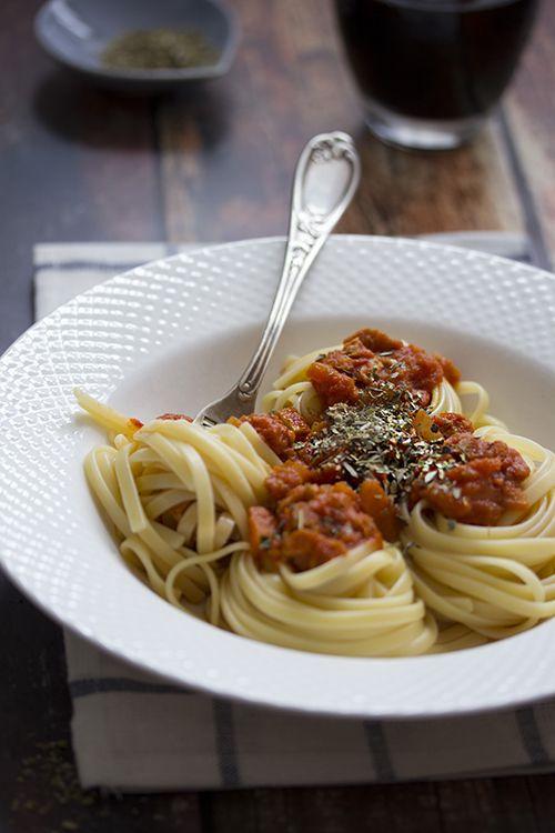 Spécial dossier « Les protéines de soja » – Recette n°2 La sauce bolognaise végétarienne, un classique pour ceux qui aiment utiliser les protéines de soja texturées. Ingrédients : Pour 2 personnes ...