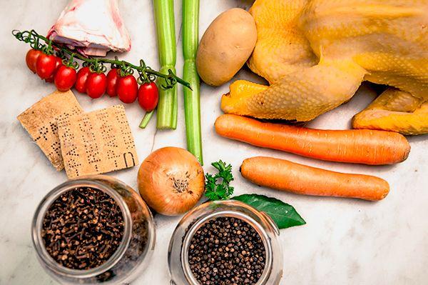 Ingredienti per il brodo di cappone: Acqua fredda – cappone – osso di bue – crosta di Parmigiano Reggiano – sedano – carota – cipolla – chiodi di garofano – alloro – sale – pepe nero | Italiqa
