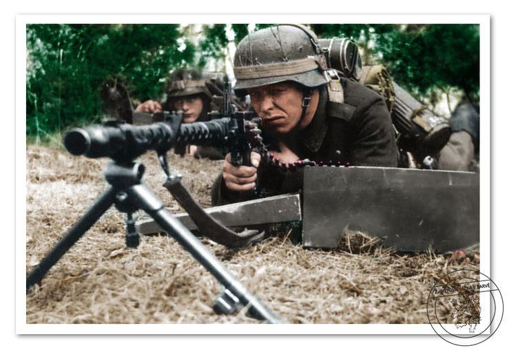 Kulometčík vyzbrojený 7,92mm kulometem MG 34. Gunner armed with 7,92mm machine gun MG 34.