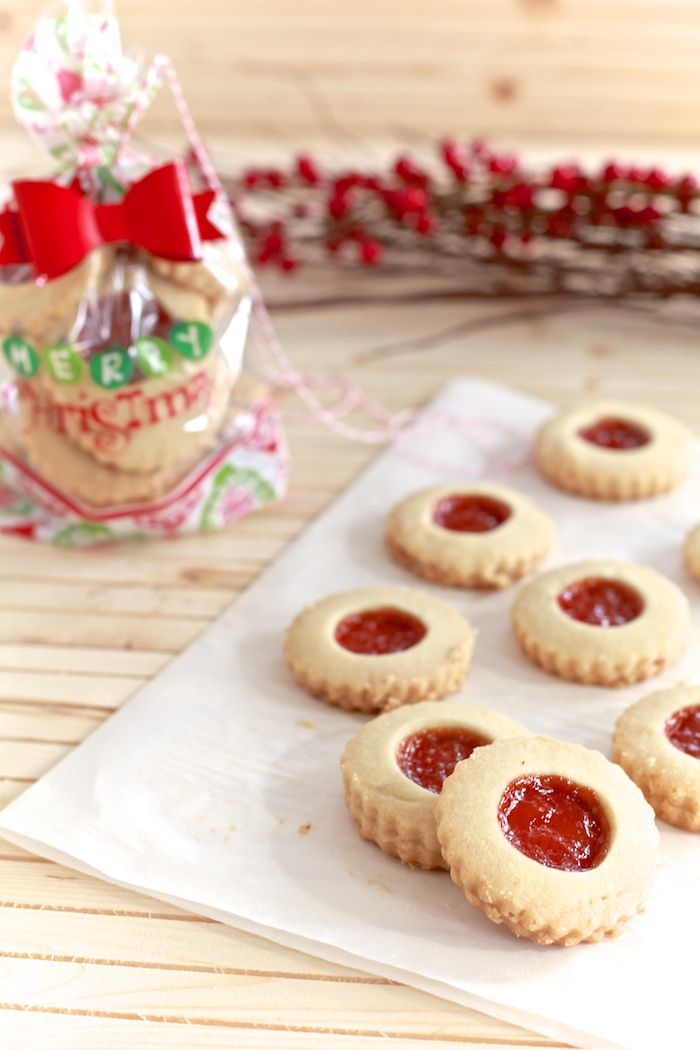 The Noshery | Mantecaditos con Guayaba (Shortbread Almond Cookies with Guava) | http://thenoshery.com