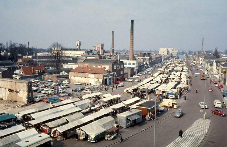 1968. De Almelose weekmarkt vond plaats op de gedempte binnenhaven. Tien jaar later was het grootste gedeelte van de linker bebouwing en de helft van de rechter bebouwing verdwenen.