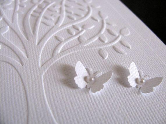 DETAILS – Innerhalb jeder Karte bleibt Ihnen erlaubend, Ihre Herzen ♥ Teilen leer :: Karte misst 5 X 7 Zoll :: Seite gefaltet :: Hand geprägte Classic voll, Luxus-Baum auf Säure freie weiße Leinen-Textur Karton :: 2 Mini Schmetterlinge mit sanft gefalteten Flügeln sind mit faux Perlen geschmückt. :: A7 Größe weißen Umschlag enthalten  ♥♥ Wenn Sie hätten gerne ein Gedicht oder Zitat innerhalb dieser Karte wird es notwendig sein, es auf einem separaten Blatt gestochen scharfe weißen, glatten…