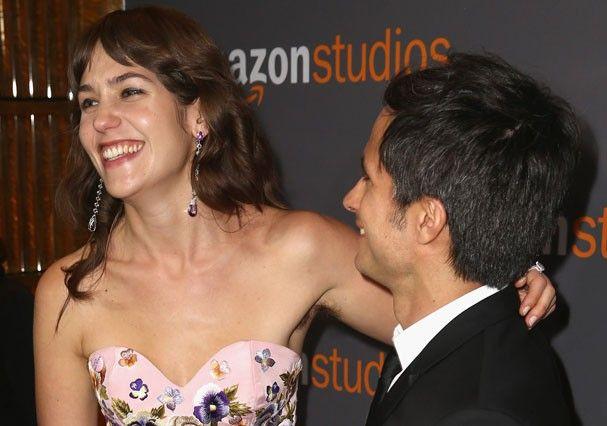 Lola Kirke deixa axilas peludas aparecem em abraço em Gael García Bernal (Foto: Getty Images)