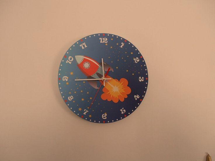 Űrhajós falióra csendes óraszerkezettel. Rocket wall clock with silent clockwork.