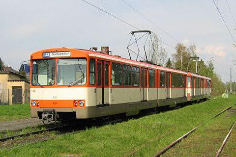 <Frankfurt(Main)> フランクフルト(マイン)の地下鉄用シュタットバーン車両U2型。U1型はプロトタイプに当たるため、実質このU2型がフランクフルト地下鉄の最初の顔ということになる。デュヴァーグ製の6軸2部連接車。1968年から導入が始まり、その後の駅改良によるホーム高さ変更後や新規開業区間にも、それに合わせたドア位置(高さ)の改造を施されU2e型、U2h型として運用されたが、2017年現在ではほとんど廃車されたか休車状態となっている。保存車は3編成ある。初期は赤と白のツートンカラーだったが、写真の3色塗装を経て最終的には他の路面電車や地下鉄車両と同様のターコイズ一色になっていた。路面電車と違い海外譲渡はなかったが、新造車両は輸出もされ、エドモントン、カルガリー(いずれもカナダ)、サンディエゴ(米国)に導入され、路線が整備されたメンドーサ(アルゼンチン)にはサンディエゴからの譲渡車が走っている。