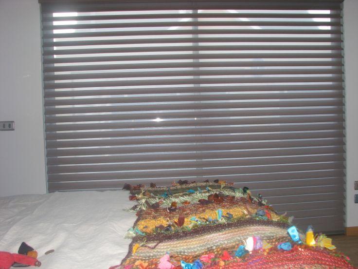 La cortina #luxaflex para el dormitorio principal, permite controlar luz y visibilidad, además de crear un ambiente cálido y moderno
