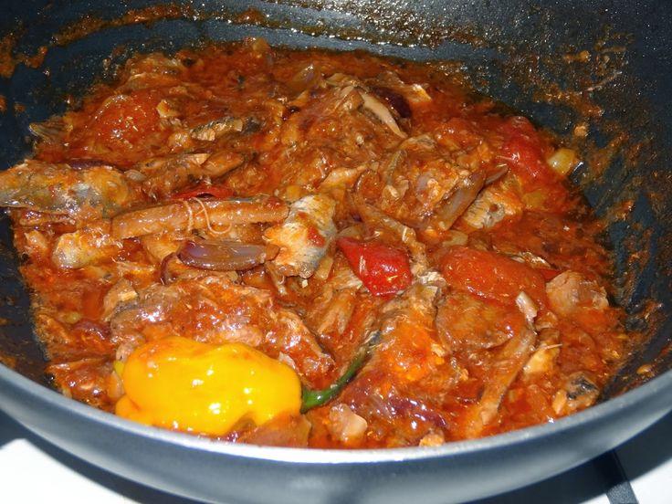 Sardientjes intomatensaus worden in Suriname ook  gegeten bij de rijst. Ze worden gebakken met ui, knoflook en peper en er  worden vaak...