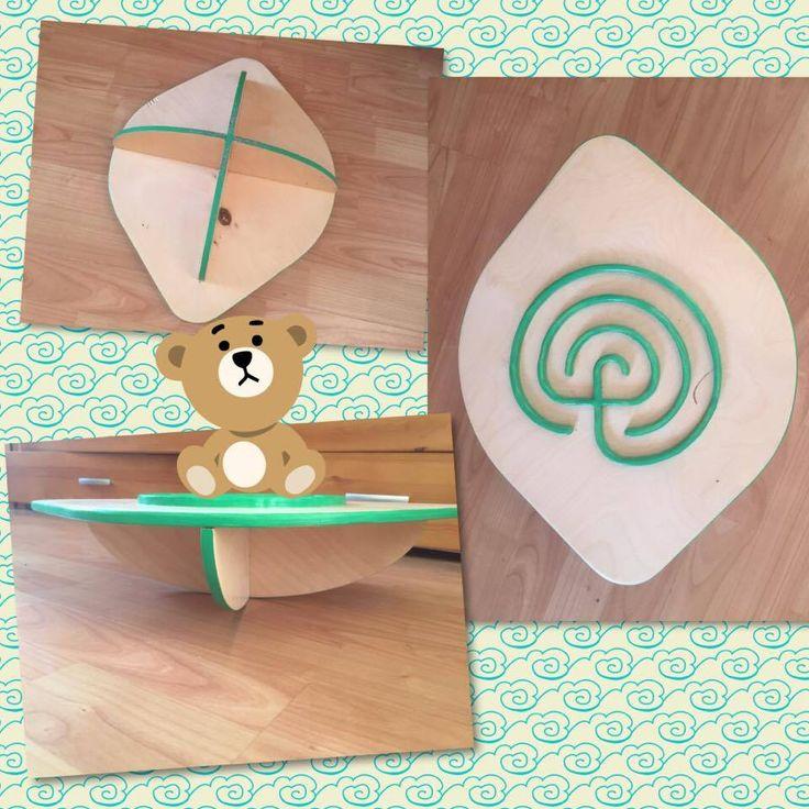 Kézzel készített egyensúlyozós labirintus fa játék. Az előre-hátra és jobbra-balra mozgással kell egy golyót vagy egy kis labdát a labirintuson végigvezetni. Izgalmas játék, ami nagyon jól fejleszti a gyerekek egyensúlyozó képességét.