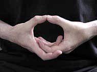 Abrir el Chakra de la Garganta: Cruza los dedos en el interior de sus manos, sin los pulgares. Deje que los pulgares se tocan en la parte superior, y tirar de ellos ligeramente hacia arriba. Concéntrese en el chakra de la garganta, en la base de la garganta. Canten el HAM sonido.