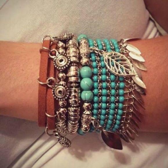 Mix composto por 1 pulseira de miçangas azul turquesa, 1 pulseira com pedras turquesa e berloques de folhas, 1 pulseira prateada e 1 pulseira de couro com berloques. Total de 4 peças conforme foto ilustrativa. R$ 85,00