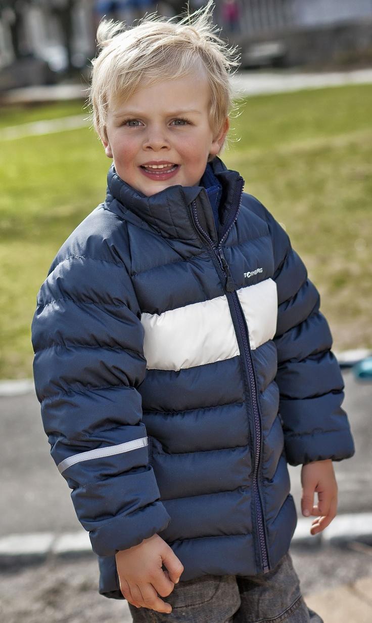 Kr. 599,-  Strime vattert jakke er en varm og god jakke til kjølige høst- og vinterdager. Jakken har god isolasjonsevne og egner seg godt til bruk både daglig og i barnehagen