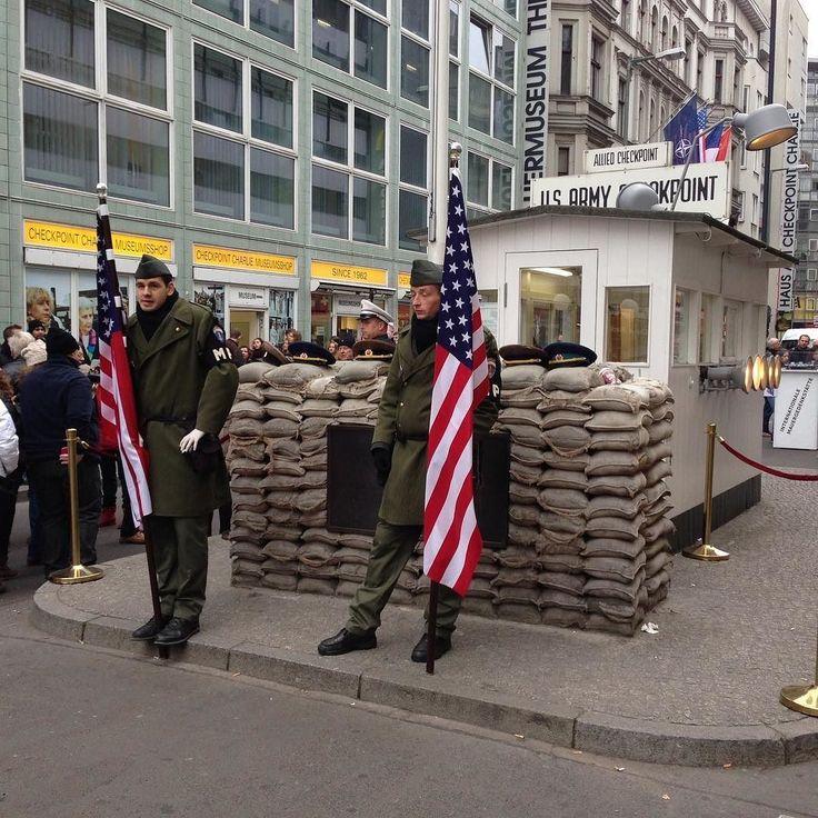 """@olgacecylia zwiedza #Berlin. To przypomniało mi o moim wyjeździe z Diabłem. Doszłam też do wniosku że musimy tam pojechać jeszcze raz bo z dzieckiem będzie zupełnie inaczej. . Nie umiem w zwiedzanie. Nie lubię pomników muzeów historii. Lubię podziwiać miasto """"teraz"""" - oglądać budynki obserwować ludzi i ich zachowanie. . Przed narodzinami córki inaczej zwiedzaliśmy. Głównie wieczorem i nocą. Szukaliśmy miejsc do zjedzenia. Klubów z latino żeby móc potańczyć. Wybierałam drogi długie i kręte…"""