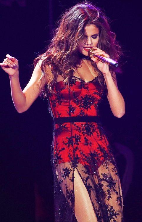 Una de las celebs mejores vestidas en las red carpets, es sin duda Selena Gomez. Aparte de que siempre luce espectacular, la cantante marca tendencia en el mundo de la moda, por su grandiosos estilo. Pensamos que su color favorito es el rojo, ya que en varias ocasiones nos ha deslumbrado con vestidos de ese color. ¡Checa los mejores vestidos de Selena Gomez!