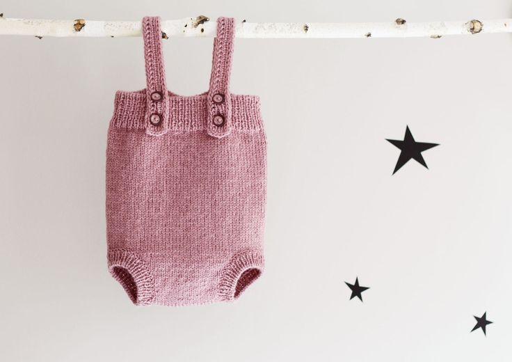 Weiche und gemütliche Baby Einteiler Hand gestrickte in Lavendel Farbe. Diese Hand gestrickte Strampler ist perfekt für den Alltag bei kaltem Wetter. Eine Mischung aus 50 % Wolle und 50 % Acryl wurde für maximale Weichheit verwendet. Sieht adorable über Leggins oder Strumpfhosen sowie. Genügend Platz für ein weiteres dickes Kleidungsstück darunter tragen. Vier Tasten vorne. Verfügbare Größen: 0-3 Monate dauern 3-6 Monate 6-12 Monate 12-18 Monate 18-24 Monate Foto von Stef: www.midjuly.ca