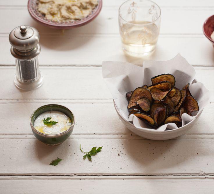 Chips de berinjela com molho tahine | #ReceitaPanelinha: A berinjela também vira um ótimo aperitivo, e o melhor, sem deixar a consciência pesada... Assada no forno em forma de chips e com molhinho de tahine para acompanhar ela fica irresistível!