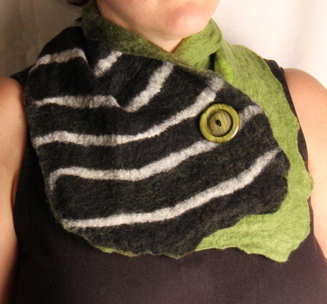 Handmade, original and unique black and green whool scarf 45$ // Foulard noir et vert en feutrage nuno / laine de mérinos sur coton / pièce unique et originale 45$
