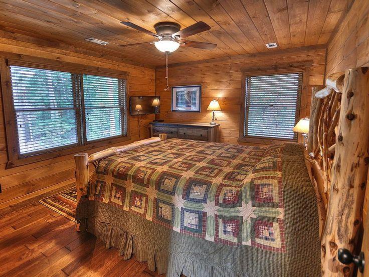 Передняя спальня имеет уникальный двуспальной кроватью, телевизором с плоским экраном и большой шкаф.