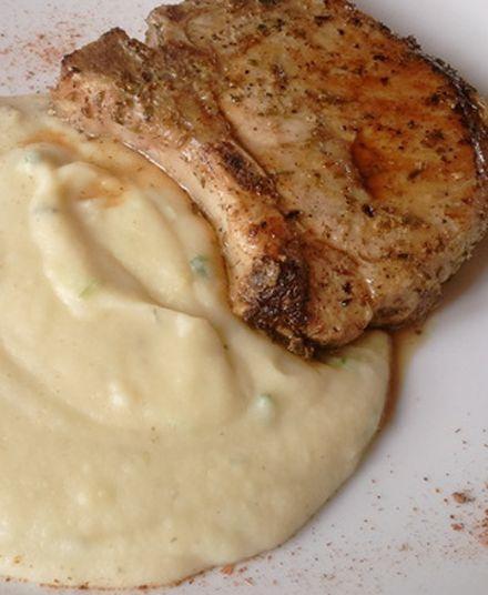 Chuletas con Puré  Nuestro puré preparado con papas frescas del día es el acompañamiento ideal para una chuleta de selección, sin grasas y de un sabor único en la zona.