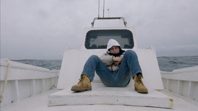 Fuocoammare di Gianfranco Rosi parte da un'isola che c'è, Lampedusa, per arrivare su un'isola che non c'è: l'emergenza profughi che l'Europa stenta ancora a affrontare in modo veramente unitario e umanitario.
