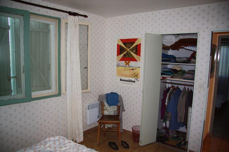 Slaapkamer 1 Klussen: behangen of behang eraf en schilderen; kozijnen, inbouwkast en kozijnen schilderen; plafond schilderen. Inrichten: nieuwe bedden, stoel ronde leuning uit woonkamer in de hoek met schapenvacht ikea
