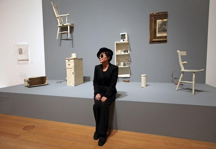 """Francoforte, Germania  Yoko Ono in posa di fronte alla sua installazione """"Half a room"""" (""""mezza stanza"""") durante la presentazione alla stampa della sua mostra """"Half-a-wind show"""" presso lo Schirn Kunsthalle di Francoforte  (DANIEL ROLAND/AFP/Getty Images)"""