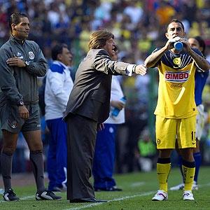 'PIOJO' DEFINIRÁ TRANSFERIBLES Y VACANTES EL SÁBADO -- El técnico americanista Miguel Herrera dijo que será hasta el sábado cuando decida qué jugador extranjero reforzará a sus Águilas, por lo que ahora, oficialmente, están completos y sin vacantes.  En exclusiva para ESPNDeportesLosAngeles.com, el estratega dijo que al 'futbol de estufa' lo 'enciende' con tranquilidad para tomar decisiones y 'cocinar' el mejor plantel rumbo al Apertura 2012.