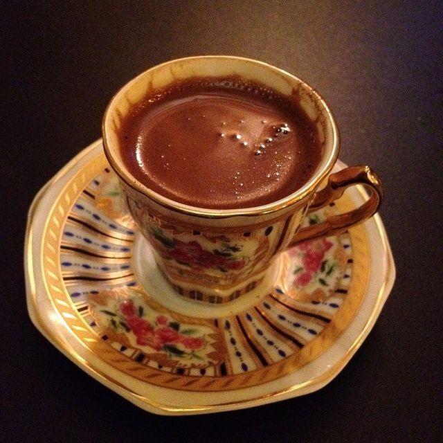 Café turco, carne y ensalada