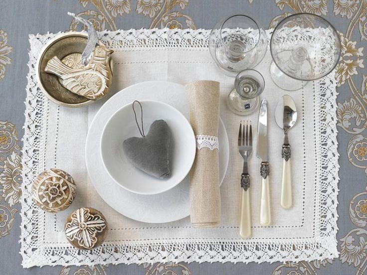 001 INTERIØRTIPS - borddekking av festbordet, serviettbretting og blomsterdekorasjoner