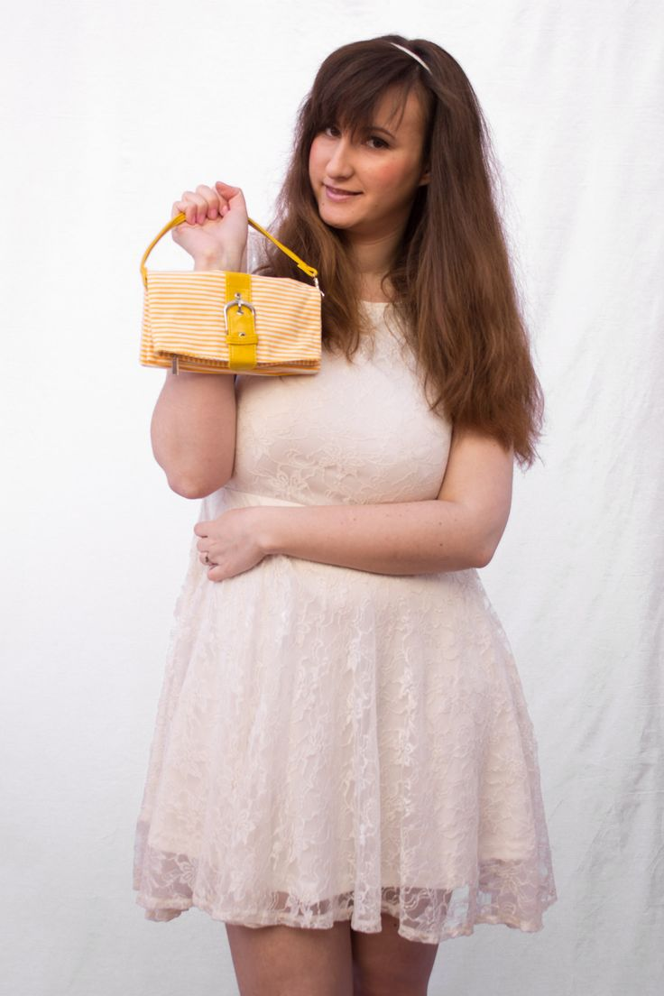 Este #neceser #amarillo y #blanco de #rayas es una caja de sorpresas. Lo mismo sirve para llevar nuestros productos de #belleza en el #bolso como para llevar en la #bolsa de la #playa. Tiene una #hebilla que simula un #cinturón en la parte frontal pero realmente se #cierra con un #imán. #moda #españa #tiendaonline #preppy