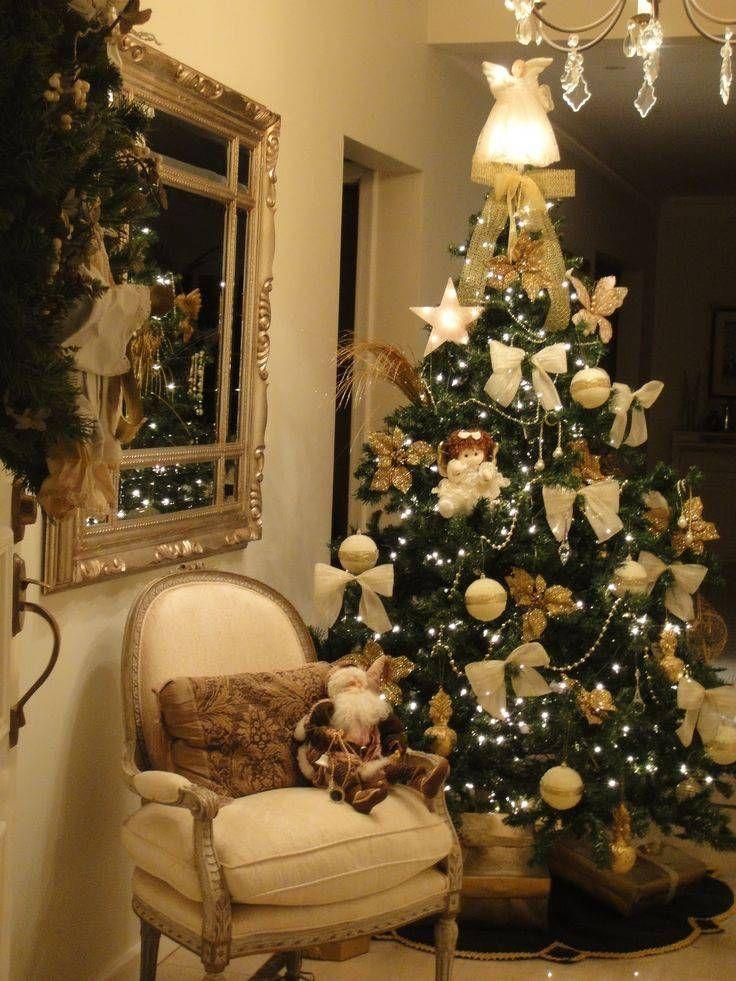 arvore de natal dourada com laços e anjos
