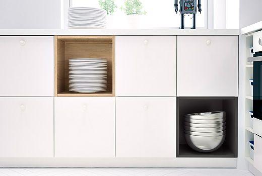 Kuchyňské skříňky IKEA, kombinujte skříňky METOD s dvířky a TUTEMO bez dvířek. TUTEMO skříňky jsou k dispozici ve dvou barvách.