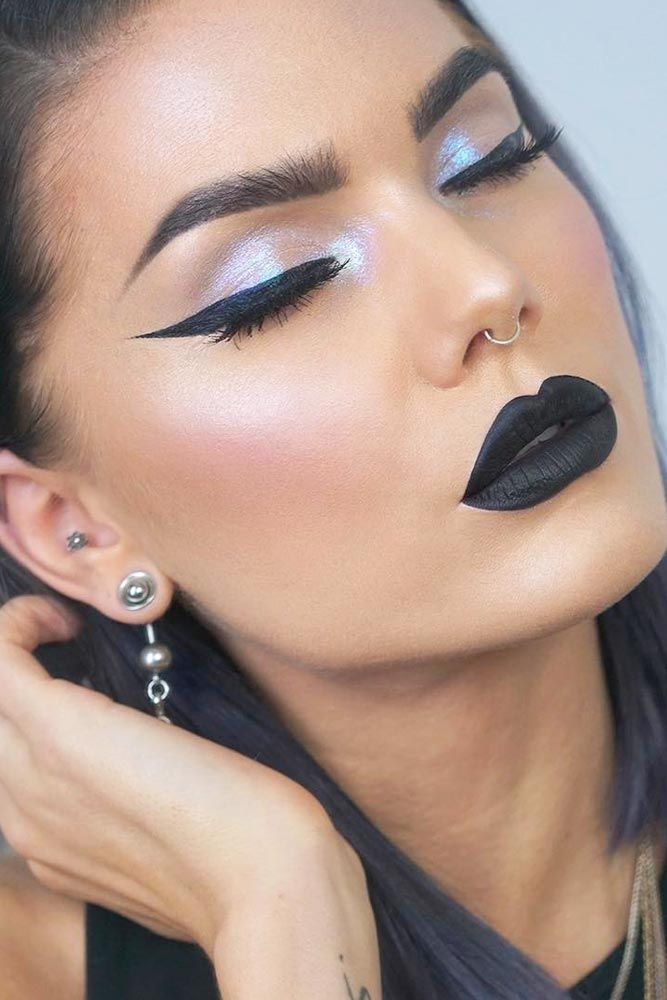 Great is the magic of black lipstick! While your friends are totally afraid of rocking it we suggest you the perfect opportunity and ideas to give in to the trend! #lips #makeup