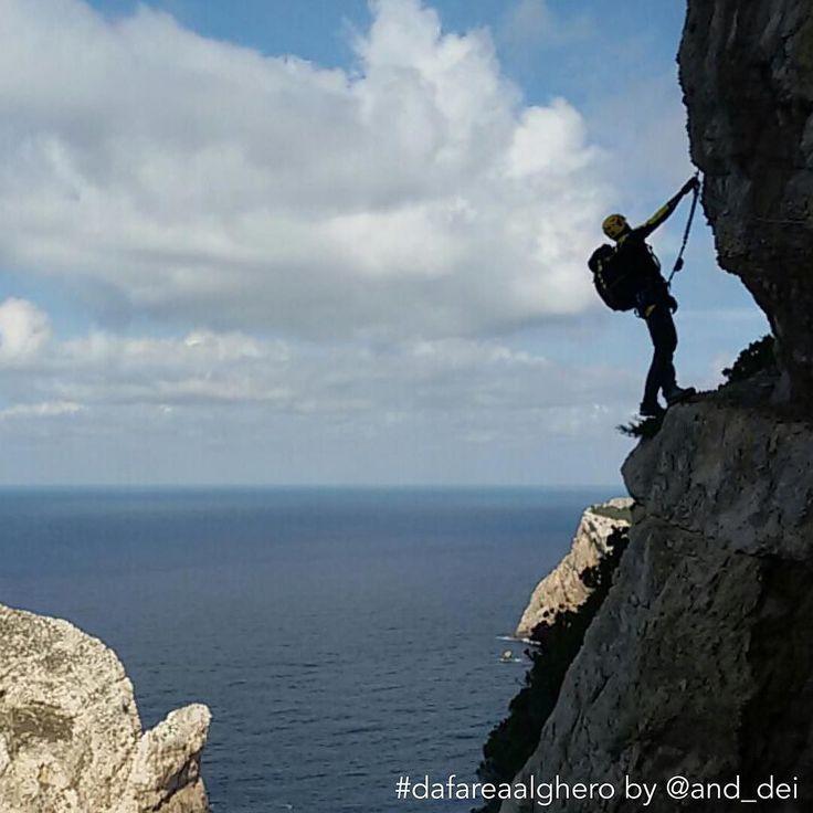 Per la rubrica #dafareinsardegna oggi con @and_dei vi facciamo provare un'emozione #dafareaalghero...oltre i limiti della paura. Andrea ci dice che un'occasione per conoscere di più se stessi è affrontare la Ferrata del Cabirol ad #Alghero (SS). Appesi sulla roccia, passo dopo passo si sale fino a 160 metri di altezza. Sotto il mare, a strapiombo, che senti. Davanti l'isola di Foradada, sopra il faro di Capo Caccia. Una meraviglia consigliata agli appassionati di arrampicata e non solo…