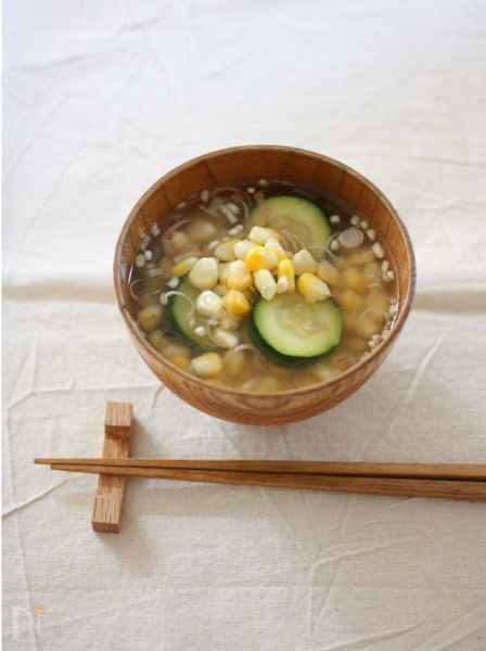 だしいらずで夏野菜の旨みをたっぷり味わうお味噌汁。とうもろこしの芯からも美味しいだしが出るので、捨てずに使います。