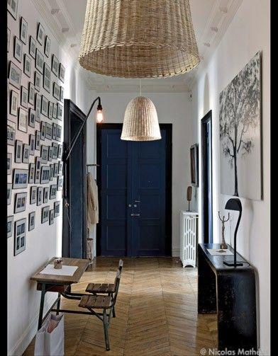 Un grande galerie de petites photos dans cette grande entrée - petit bureau d'écolier, suspensions en osier tressé, console. #entrance #pictures #gallery