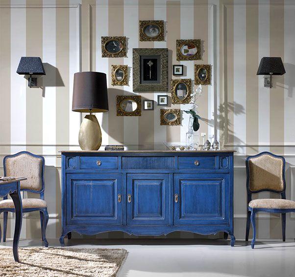 Idea de decoración para un living comedor, incluso como un arrimo también funciona. Los marcos de fotos pequeños mezclados con espejitos le dan el toque desigual en contraste con la pared regular.