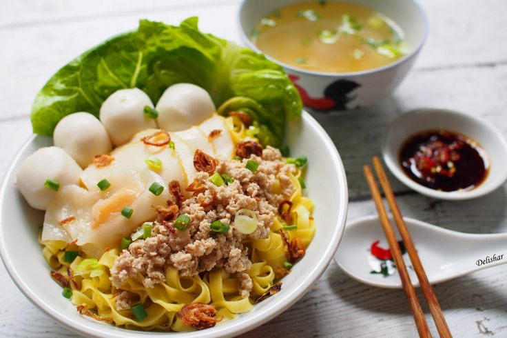 Mee Pok (Bak Chor Mee): Chaosan (Guangdong), Malaysia, Singapore & Thailand flat noodles in a chilli, oil and vinegar based sauce served with minced meat and fish balls.