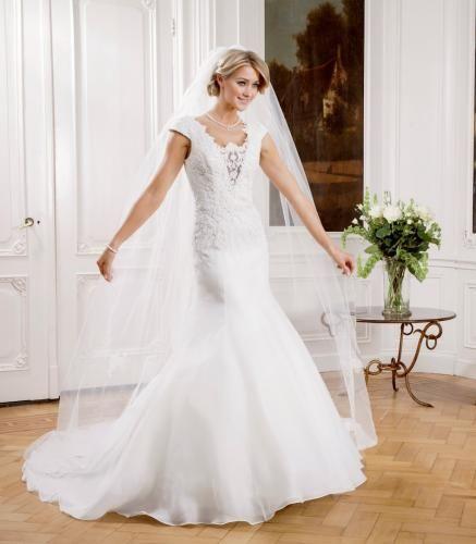 Igen Szalon Modeca wedding dress - Rosalyn #igenszalon #Modeca #weddingdress #bridalgown #eskuvoiruha #menyasszonyiruha #eskuvo #menyasszony #Budapest
