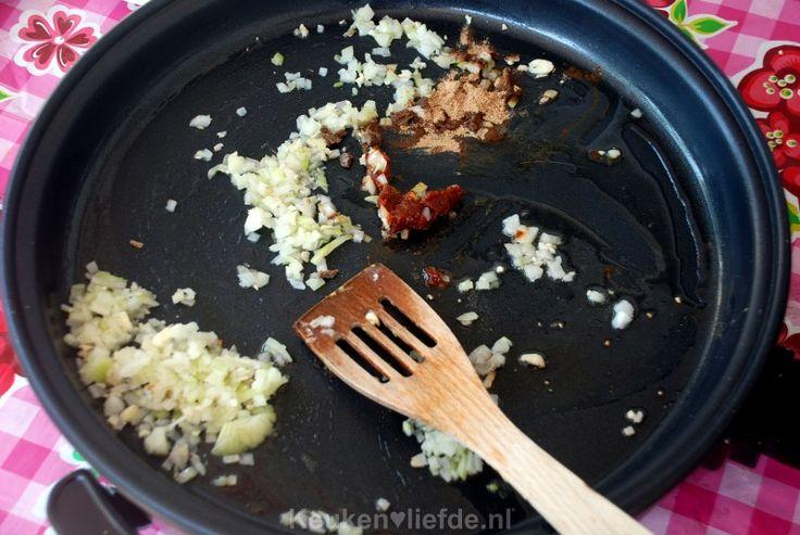 Weer zo'n lekker gerecht uit de Indonesische keuken; pittige sambal goreng boontjes. Serveer deze heerlijke boontjes bijvoorbeeld met een oer-Hollandse gehaktbal en gekookte aardappels, of natuurlijk als onderdeel van een zelfgemaakte rijsttafel (volgt binnenkort). Bijgerecht - 6-8 personen - 30 minuten Ingrediënten 800 g sperziebonen 1 ui, gepeld en fijngesnipperd 2 tenen knoflook, fijngehakt 2…