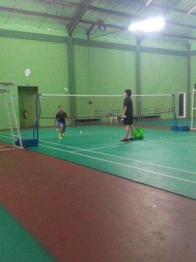 Damar on training with Lila Yusuf on PLN Ragunan Badminton Court.