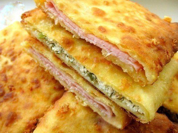 Сырные лепешки на кефире — это очень вкусное блюдо, которое при этом готовится невероятно быстро. Для того чтобы сделать такое же, вам понадобятся простые продукты, которые есть у каждого дома.Ингре…
