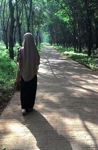 Realiti tidak seindah mimpi andai iman tiada dihati .  Jauh lagi perjalanan kau duhai muslimah kesayangan Allah.   Perjalananmu bakal penuh onak dan duri.  Kuatlah demi Tuhanmu, sayangku.  Fi amaanillah.