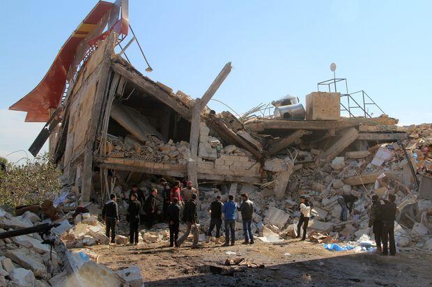 Laporan Sebut Hampir 800 Petugas Medis Gugur Akibat Kejahatan Rezim Asad dalam Perang Suriah  Sebuah rumah sakit di provinsi Idlib dihancurkan dalam serangan udara rezim Asad dan Rusia. (Foto: AFP/AL-MAARRA HARI/Ghaith Omran)  SALAM-ONLINE: Lebih dari 800 petugas medis di Suriah telah gugur dalam serangan yang dilancarkan dengan sengaja sejak 2011. Hal itu disampaikan oleh peneliti dari sejumlah organisasi akademisi dan medis lansir Middleeasteye Rabu (15/3).  Menurut laporan jurnal medis…