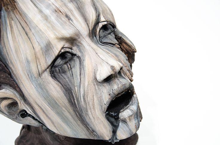 Les sculptures de Christopher David White sont un leurre. L'artiste maitrise à la perfection la céramique pour donner un aspect naturel au bois en décomposition.