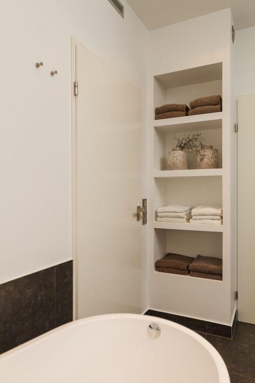 Luxe open kast in de badkamer houd het rustig en in dezelfde kleurentinten een plantenbak als - Open badkamer ...