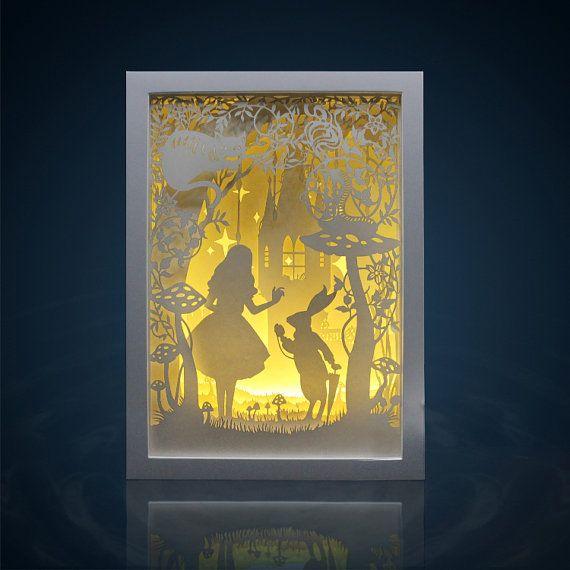 Lightbox papier au pays des merveilles Alice coupé boîte à lumière veilleuse lampe Accent mariage anniversaire cadeau idée boîte d'ombre décoration chambre de bébé fille chambre  Le papier découpé boîte à lumière sont fabriqués en utilisant des couches de