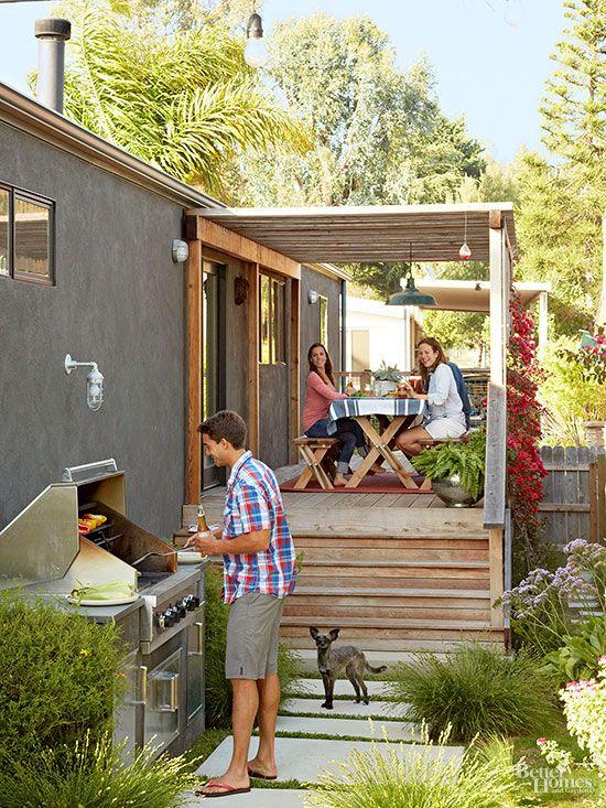 建坪40坪ウッドデッキの屋外ダイニングと庭付きの平屋のモバイルホームの庭のBBQグリルでホームパーティ