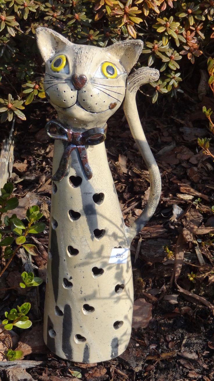 Kočka stojící II. (technika raku) Keramická kočička s prořezem, možno vložit svíčku. Technika raku. Výška cca 35 cm.