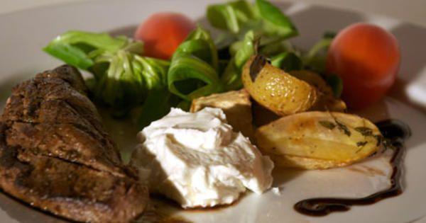 Marinerad lammytterfilé med rostad småpotatis och chèvrecrème | Recept från Köket.se